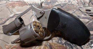 与一个被打开的圆筒的一把不锈钢左轮手枪 库存照片