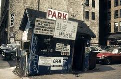 与一个被毁坏的办公室的老停车处在曼哈顿20世纪80年代 免版税库存图片