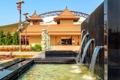 与一个装饰喷泉的美好的现代风景在迪拜徒步旅行队公园 免版税库存图片