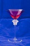 与一个详细的玻璃雕塑的红色马蒂尼鸡尾酒玻璃 免版税图库摄影