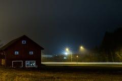 与一个谷仓的长的曝光在晚上 库存照片