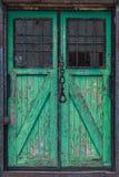 与一个起重机勾子的老木仓库门在前面 库存图片