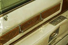 与一个车门的细节的老明信片在开启者里面的 库存图片