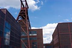 与一个轴塔的工厂厂房在一个前工业区 库存照片