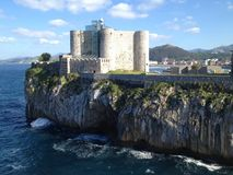 与一个轻的房子的美丽的城堡在卡斯特罗-乌尔迪亚莱斯, 免版税库存图片