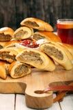 与一个辣垂度的圣诞节肉馅饼在一个木板 免版税图库摄影