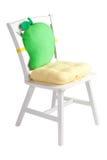与一个逗人喜爱的坐垫和填充的木空白椅子 免版税库存照片
