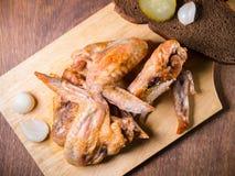 与一个酥脆外壳的烤鸡在一张点心桌上说谎用酱瓜,面包 库存图片
