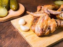 与一个酥脆外壳的烤鸡在一张点心桌上说谎用酱瓜,面包 免版税库存图片