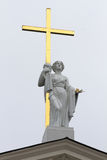 与一个金十字架的雕象在大教堂的屋顶在维尔纽斯 免版税库存图片