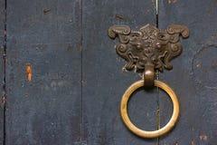 与一个金黄色的圆环的龙儿子中国通道门环在a 免版税库存照片