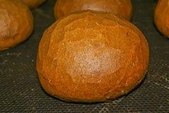 与一个金黄外壳的新鲜面包 库存照片