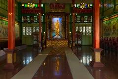 与一个金黄Kuan尹雕象的寺庙内部在曼谷 免版税库存图片