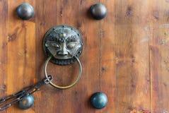 与一个链子的中国通道门环在一个木门 免版税图库摄影
