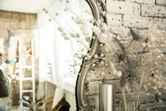 与一个镜子的葡萄酒内部在美好的框架 免版税图库摄影