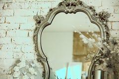 与一个镜子的葡萄酒内部在美好的框架 库存图片