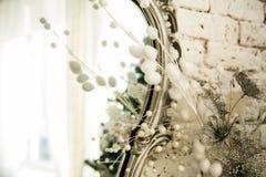 与一个镜子的葡萄酒内部在美好的框架 免版税库存照片