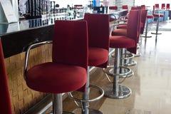 与一个长的柜台和单杠红色椅子的酒吧 免版税图库摄影