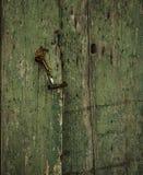 与一个门闩的老损坏的退色的绿色木门从西西里岛 库存图片