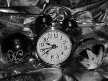 与一个闹钟的圣诞节球在一个黑白图象 免版税库存照片