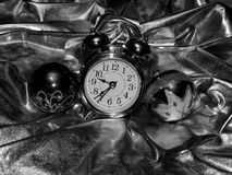 与一个闹钟的圣诞节球在一个黑白图象 库存图片