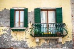 与一个阳台的老大厦在Venezia,意大利 免版税库存照片