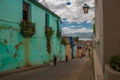 与一个阳台的老绿色大厦在城市街道上 圣地亚哥,古巴 图库摄影