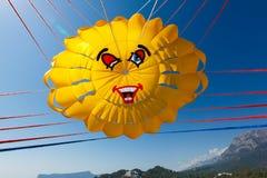 与一个降伞的飞行在海 图库摄影