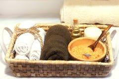 与一个集合的柳条筐温泉治疗、海盐、芳香油、石头、蜡烛和软的毛巾的 图库摄影