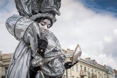 与一个面具的活雕象在手中在欧洲天的庆祝 免版税图库摄影