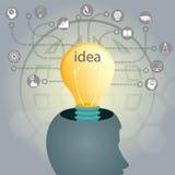 与一个顶头和一个电灯泡的剪影的轻的背景,群策群力 免版税库存图片