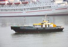 与一个黄色屋顶的小船 库存图片