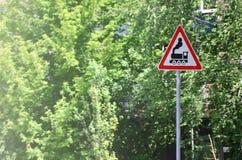 与一个黑机车的图片的三角路标在白色背景的在一个红色框架 存在的警报信号  图库摄影