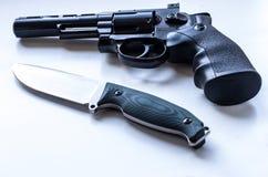 与一个鼓和一把刀子的黑左轮手枪有一把固定的刀片的 免版税库存图片
