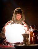 与一个水晶球的算命 免版税库存图片