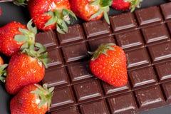 与一个黑暗的巧克力块的草莓 免版税图库摄影