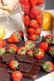 与一个黑暗的巧克力块的草莓 库存照片