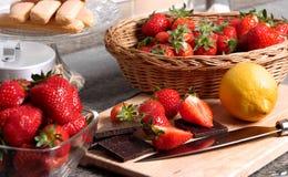 与一个黑暗的巧克力块的草莓 免版税库存照片