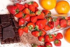 与一个黑暗的巧克力块的草莓 免版税库存图片