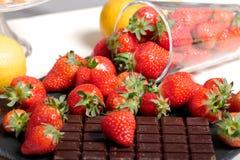 与一个黑暗的巧克力块的草莓 库存图片