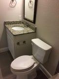 与一个水槽的卫生间设计在一个新房里 库存照片