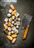 与一个轴的各种各样的日本寿司卷切开的 库存图片