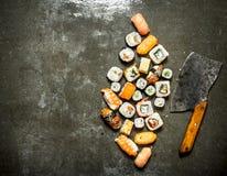 与一个轴的各种各样的日本寿司卷切开的 免版税图库摄影