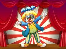 与一个滑稽的小丑的一个阶段 库存图片