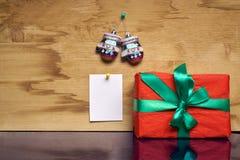 与一个贴纸的圣诞节礼物在墙壁上 库存照片