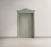 与一个绿色古典门的托斯坎内部 免版税图库摄影