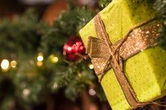 与一个绿色礼物的圣诞节装饰在焦点 免版税库存照片