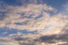 与一些朵云彩的春天蓝天 在匙子的一个干早餐 免版税库存图片