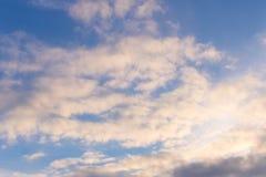 与一些朵云彩的春天蓝天 在匙子的一个干早餐 库存图片