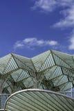 与一些朵云彩的蓝天在屋顶上面上 库存图片
